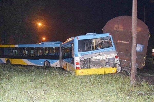 V areáli U.S.Steel sa zrazil autobus s nákladným vlakom.