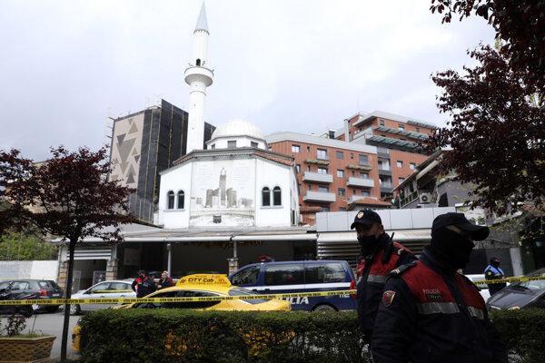 V mešite v albánskej Tirane muž v apríli pobodal piatich ľudí.