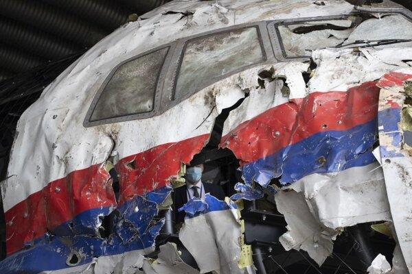 Tragický koniec letu MH17 spôsobil smrť všetkých 298 ľudí na palube lietadla, väčšinu z nich tvorili Holanďania. Na snímke sú zvyšky lietadla.