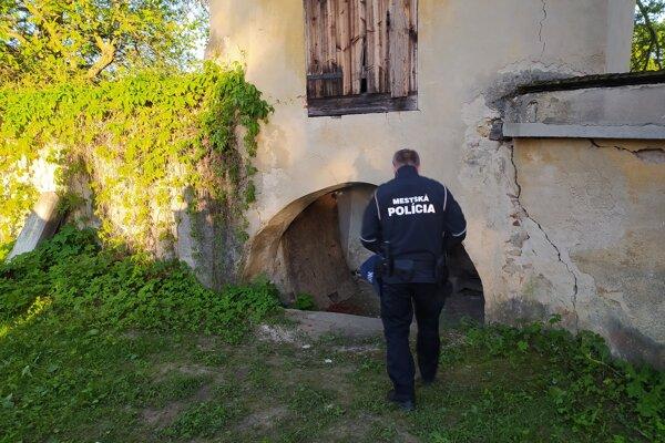 Mladíkov našli mestskí policajti v tomto výklenku.