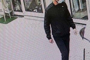 Polícia v súvislosti s krádežou pátra po mužovi na fotografii.