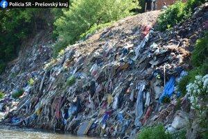 Nelegálna skládka pri osade na brehu rieky Poprad.