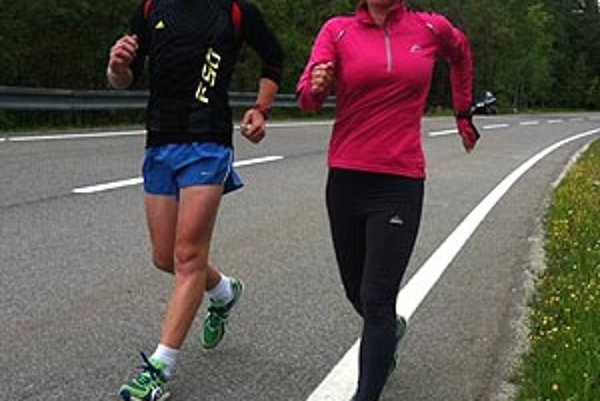 Mária Czaková počas tréningu v Tatrách, vľavo dorastenec z Nitry Michal Morvay.