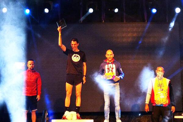 Na polmaratóne vyhral Martin Rusina (v strede), Pavol Bakoš (vpravo) bol celkovo tretí.