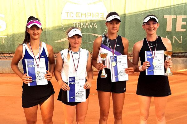 Na snímke finalistky štvorhry, Lucia Hradecká stojí celkom vľavo.