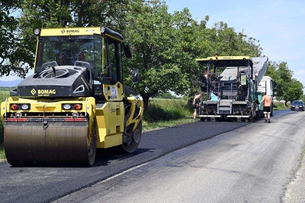 Cestári  vymieňajú celú vrstvu asfaltu.