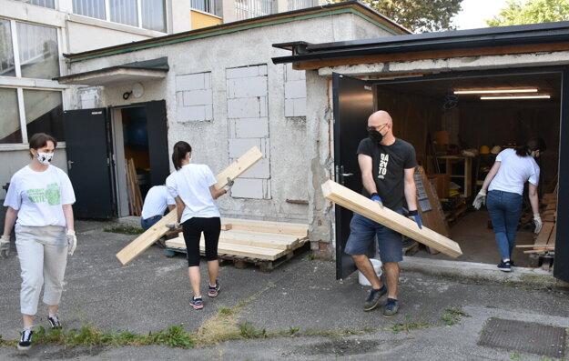 Čistenie dvora a montovanie lavičiek v mládežníckom komunitnom centre Stará Jedáleň v Rači.