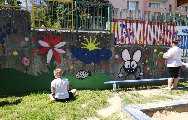 Dobrovoľníci a dobrovoľníčky urobili kus práce aj v areáli Materskej školy Ľ. Fullu v bratislavskej Karlovej Vsi.