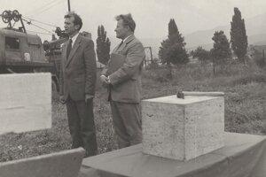 Položenie základného kameňa učilišťa, vpravo riaditeľ učilišťa Jozef Olejček, vľavo personálny riaditeľ ZŤS Adolf Chomo.