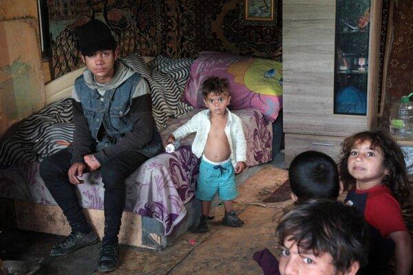Vo vylúčených komunitách vyrastá druhá generácia ľudí bez domova. Narodili sa do osady, štandardné bývanie nikdy nezažili.