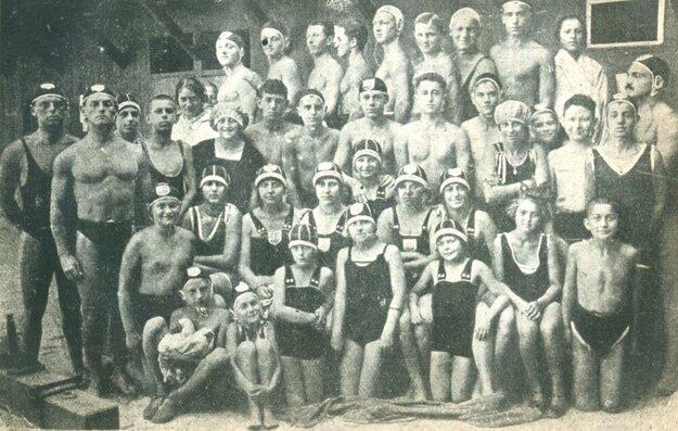 Kompletné plavecké družstvo Košického atletického klubu v roku 1923.