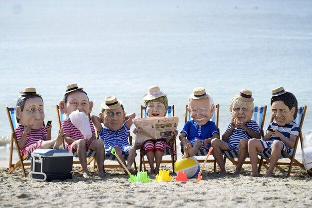Enviromentálni aktivisti z Oxfamu majú na tvári masky s podobizňami lídrov G7.