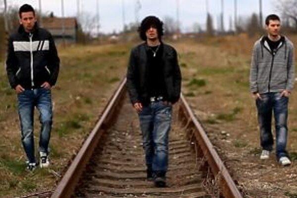 V klipe vystupujú chalani z kapely aj ich kamaráti.