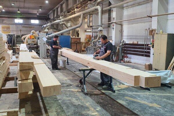 Výroba lepených prvkov pre stavbárov drevodomov.