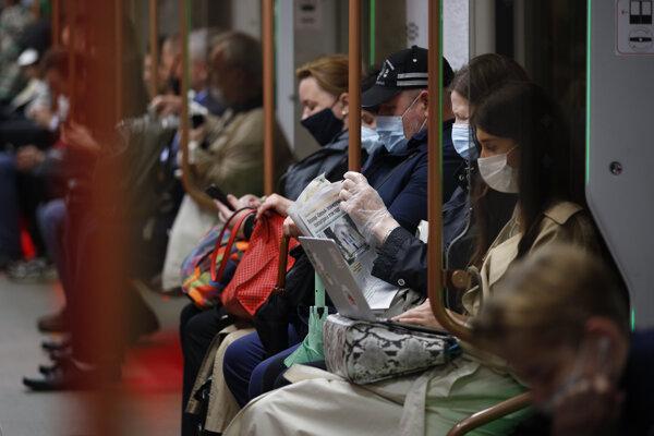Cestujúci v moskovskom metre.