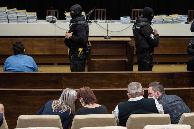 Marian Kočner (vľavo hore) a rodina zavraždeného Jána Kuciaka v pojednávacej miestnosti Najvyššieho súdu.