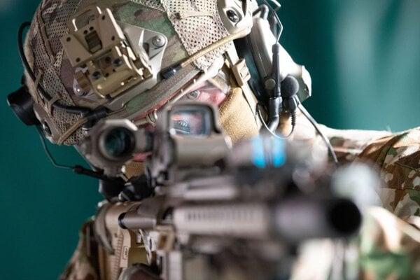 Na archívnej snímke z 10. mája 2021 inštruktor počas streleckého výcviku elitného vojenského oddielu Kommando Spezialkräfte.