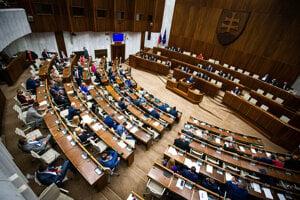 Parlament rokuje o návrhu na vyslovenie nedôvery ministrovi vnútra Romanovi Mikulcovi.