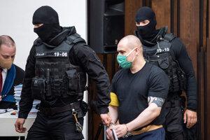 Tomáš Szabó prichádza v sprievode eskorty na verejné zasadnutie na Najvyššom súde.