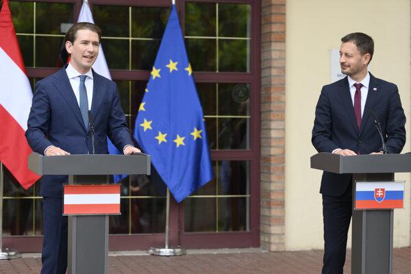 Na snímke vpravo predseda vlády SR Eduard Heger a vľavo rakúsky kancelár Sebastian Kurz.