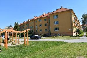 Ulica Sedliackeho povstania v Prešove. Je tu workoutový areála vo vnútrobloku detské ihrisko.