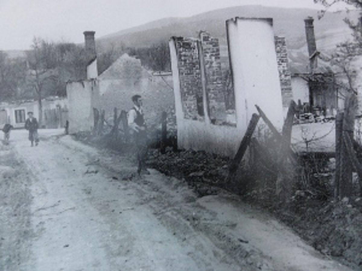 4afaa1974 Vypálenému Skýcovu ostali tri budovy. Dedina vstávala z popola - SME ...