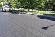 Jedna strana cesty je už opravená, teraz začnú s opravou druhej.