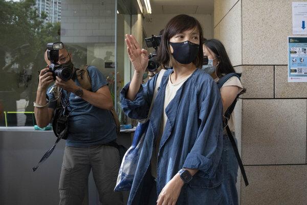 Zástupkyňa šéfredaktora Apple Daily Chan Pui-man keď odchádzala z piatkového súdu