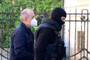 Kajetána Kičuru privádzajú na Špecializovaný trestný súd v Banskej Bystrici.