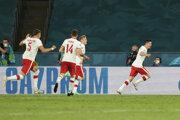 Radosť poľského tímu po góle Roberta Lewandowského na EURO 2020.