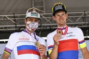 Peter Sagan a Michael Kukrle v dresoch pre národných šampiónov po triumfe na spoločných MSR a MČR v cyklistike 2021.