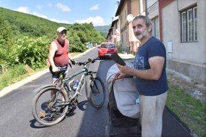 Rodák Dušan Oravec je rád, že sa s cestou konečne pohlo. Verí, že pri tejto časti obce onedlho zase začnú pracovať cestári.
