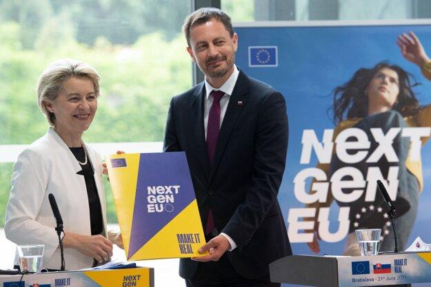 Predsedníčka Európskej komisie Ursula von der Leyenová odovzdáva plán obnovy do rúk predsedu vlády SR Eduardovi Hegerovi.