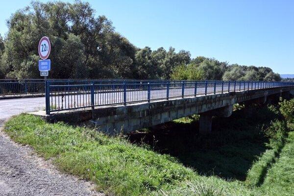 Zatvorenie mosta spôsobilo problémy celej obci. Ľudia musia rok vydržať.