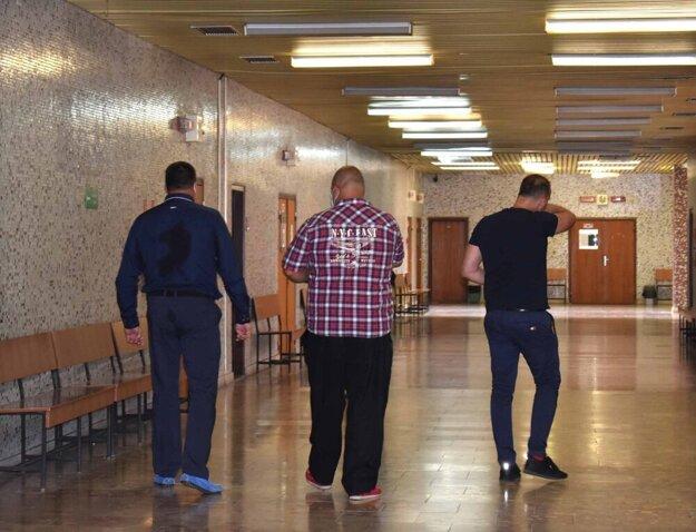Bratia Paškovci odchádzajú zo súdu odsúdení.