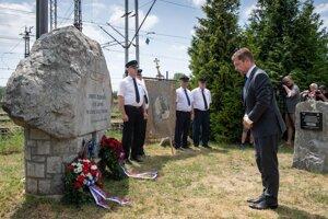 Minister dopravy Andrej Doležal sa klania pri pamätníku železničiarov.