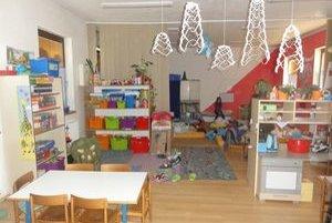 To, že majú škôlkari k dispozícii iba jednu miestnosť sa rodičom nepáči.