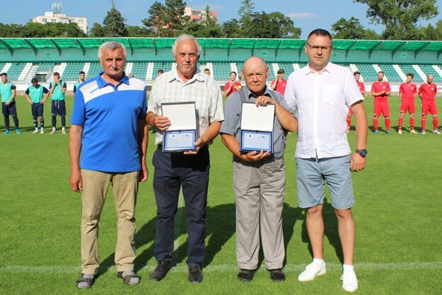 Zľava: predseda ObFZ Senica Miroslav Guček, ocenení jubilanti František Rybár a Štefan Komáček, podpredseda ObFZ Senica Peter Koprla.