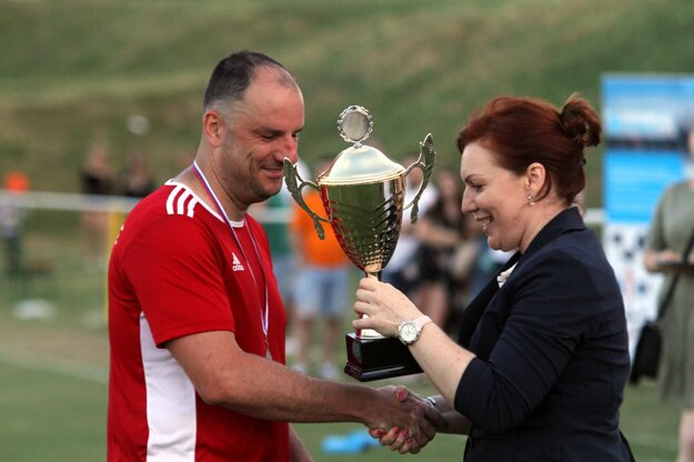 Petrovi Macháčovi ku striebru v Campri Cupe pre Rišňovce gratulovala predstaviteľka Campri Silvia Kertészová.