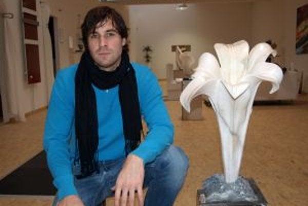 Peter Barta s mramorovým kvetom s názvom Živá forma (rok 2009).