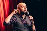 Tomáš Hudák skvele zvládol svoj rečový hendikep a stal sa z neho obľúbený stand up komik.