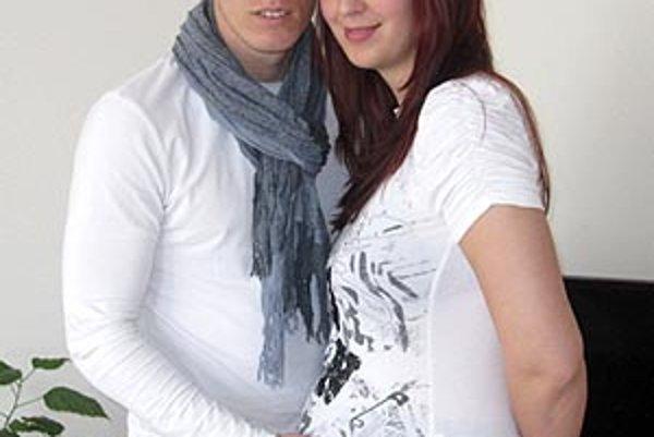 Karol Karlík so svojou priateľkou Renatou. V máji čakajú príchod syna Mathiasa.
