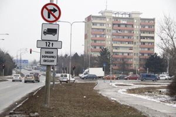 Od minulého týždňa je značka osadená aj na križovatke Dlhej a Triedy Andreja Hlinku v Nitre.