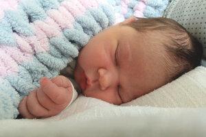 Nela Dubová (4100 g a 51 cm) sa narodila 17. mája mame Michaele Laczkovej a otcovi Tomášovi Dubovi zo Želiezoviec. Doma sa na ňu tešila 2-ročná sestrička Ninka.