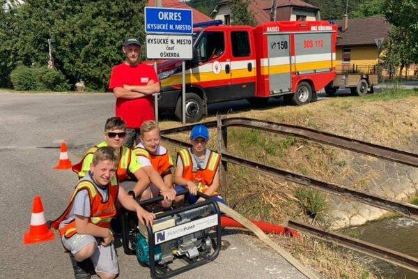 Mladí hasiči pomáhali pri čerpaní vody obyvateľom Oškerdy.