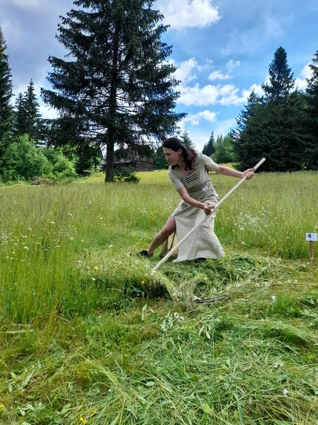 Sily v kosení trávy si zmerali aj ženy