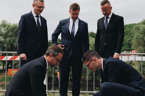 Minister dopravy Andrej Doležal a minister zahraničných vecí a obchodu Maďarska Péter Szijjártó položili základný kameň nového cestného mosta cez rieku Ipeľ.