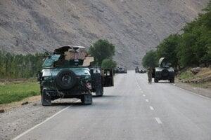 Afganskí vojaci stojaci na ceste na frontovej línii bojov medzi bojovníkmi islamistického hnutia Taliban a afganskými jednotkami neďaleko mesta Badachšán na severe Afganistanu.