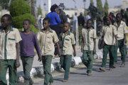 V Nigérii dochádza k únosom detí čoraz častejšie. Na snímke z decembra 2020 sú prepustení školáci, ktorých uniesli v nigérijskom štáte Katsina.