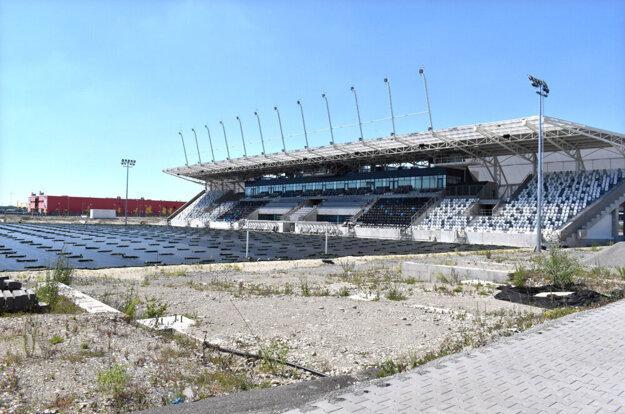 Košická futbalová aréna je dlho bez trávnika. Jeho
